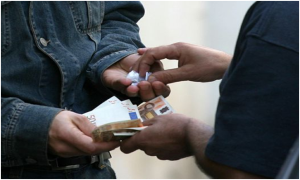 """Polizia: filma spaccio di droga stazione centrale """"arresta tre persone"""" – VIDEO"""