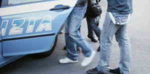 Aggredisce alle spalle un anziano per rapinarlo del borsello che indossava a tracolla: arrestato 29enne marocchino