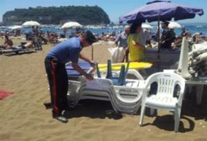 Lidi abusivi su spiaggia Coroglio, 300 lettini sequestrati