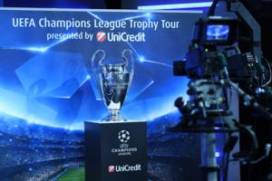 Sport: Torna a Napoli l'UEFA Champions League Trophy Tour presentato da UniCredit