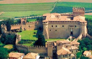 """Gradara e la sua Rocca: un borgo magico nelle Marche,"""" dove il tempo sembra essersi fermato"""""""