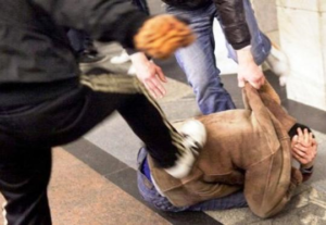 Ubriaco sfascia la casa e picchia fratello e cognata: bloccato dai carabinieri