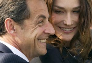 """Carla Bruni difende il marito Nicolas Sarkozy: """"Sono fiera di te amore"""""""