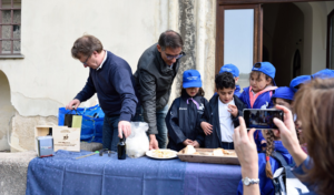 """Gli alunni delle primarie di Capri alla scoperta delle proprietà dell'olivo col laboratorio """"Orti Certosini"""""""
