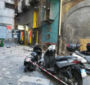 """Crolla un cornicione ai Quartieri Spagnoli: """"scooter distrutti, poteva essere una tragedia"""""""