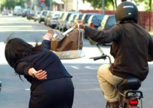 Piazza Garibaldi: turista inglese incinta scippata finisce a terra
