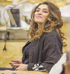 Elisa Isoardi single e serena dal parrucchiere: la conduttrice si fa i boccoli e assapora la libertà