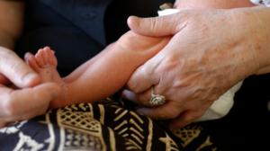 """Neonato malato abbandonato in ospedale:""""gara di solidarietà"""""""