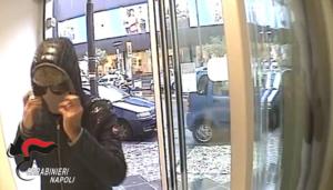 Arrestato l'Arsenio Lupin Napoletano: rapinava le banche e uffici postali
