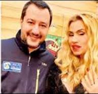 Matteo Salvini a tutto selfie con Valeria Marini: il Ministro degli Interni non resiste agli autoscatti con la showgirl