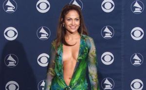 A Jennifer Lopez il premio Fashion Icon: vent'anni di look memorabili
