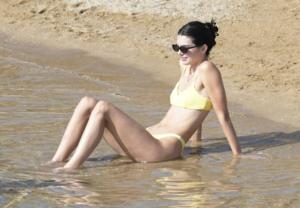 Costumi estate 2019, il bikini fluo e hot di Kendall Jenner