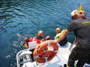 Si tuffa nel lago e muore: la madre assiste al recupero del corpo