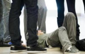 Ambulante aggredito a calci a Napoli: fermata baby gang