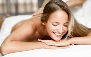 """Massaggio """"tira su"""", yoga della risata e make up organico"""