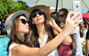 Ossessione selfie: disagio dell'io, 93 milioni al giorno