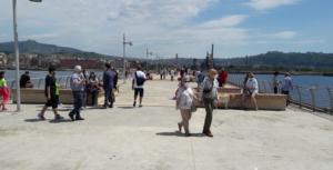 Il pontile di bagnoli: affollato da gente ordinata e con mascherine