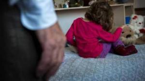 Pedofilo: drogava e abusava di una bimba, filmava e vendeva le violenze online