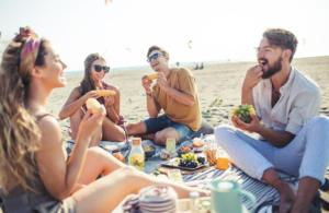 Distanziamento: fa vincere il pranzo al sacco in spiaggia