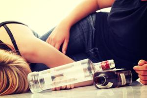 """Il nuovo """"sballo"""" dei giovani? Il mix tra farmaci e alcol"""