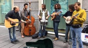 """Artisti in strada con violini e chitarre """"Noi, i dimenticati"""""""