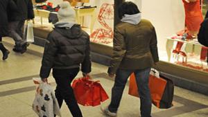 Riaprono tutti i negozi: via allo shopping per i regali sotto l'albero