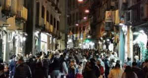"""La pandemia non insegna: si abbassa la guardia, """"folla in strada"""""""
