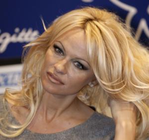 Nozze a sorpresa per Pamela Anderson, sposa il suo bodyguard