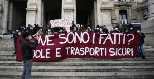 """Studenti in piazza a Napoli: siamo ignorati dalle istituzioni,""""De Luca ha fallito"""""""