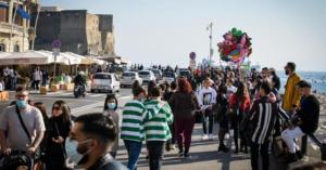 Napoli:aperitivi a Chiaia, caos su lungomare, strade affollate e assembramenti anche nel pomeriggio