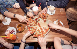 Festa di laurea in pizzeria, sanzioni da 400 euro per tutti