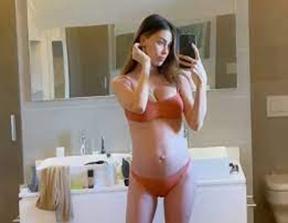Belen: la showgirl incinta di 6 mesi si mette in bikini sul terrazzo, il pancione è sempre più grande