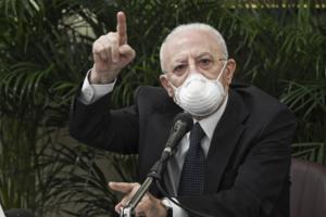 """Covid: De Luca, a Napoli troppi no ai vaccini, """"l'appello"""" andate a fare le dosi"""