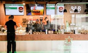 """Alla Stazione Centrale di piazza Garibaldi apre la """"Food Hall"""": due piani di pub e ristoranti"""